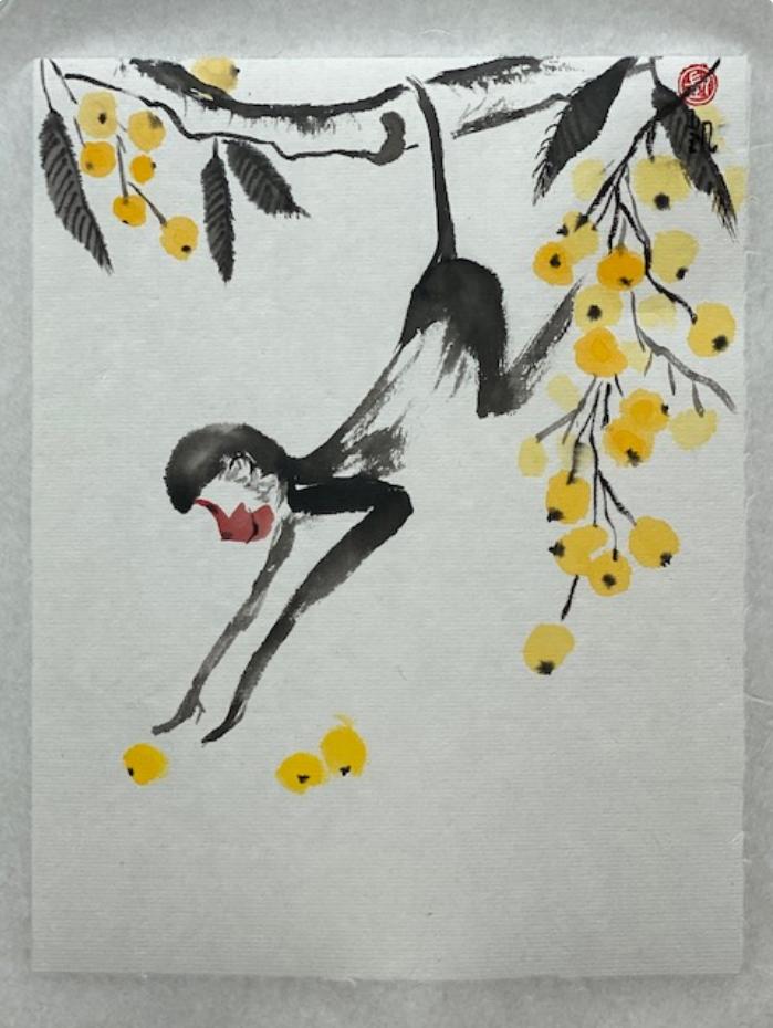 Affe pflückt eine gelbe Frucht