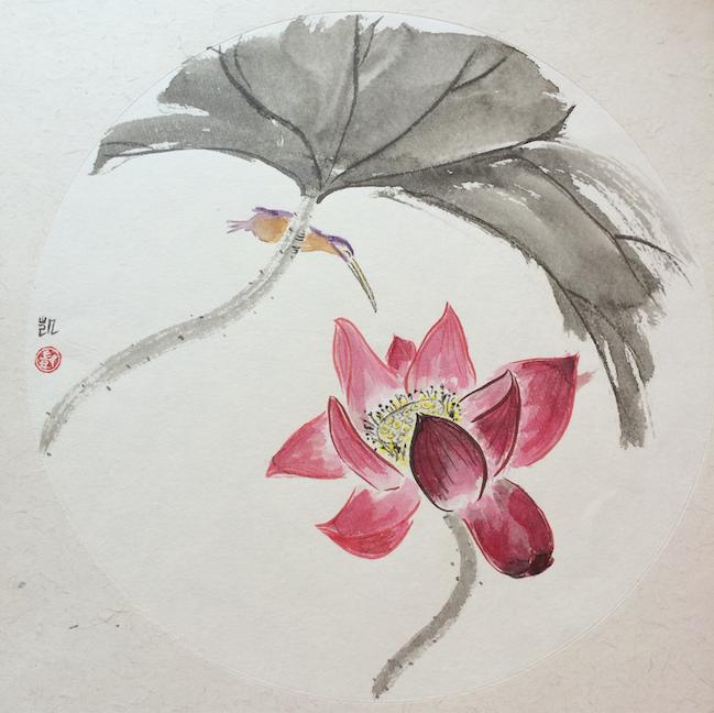 Kleiner Vogel schnuppert an Lotusblume